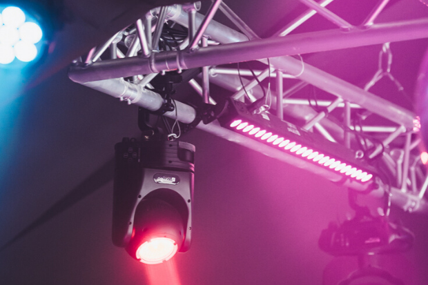 Focos PAR: Ejemplos de instalación con productos de Cameo Light en Rezidenca Club