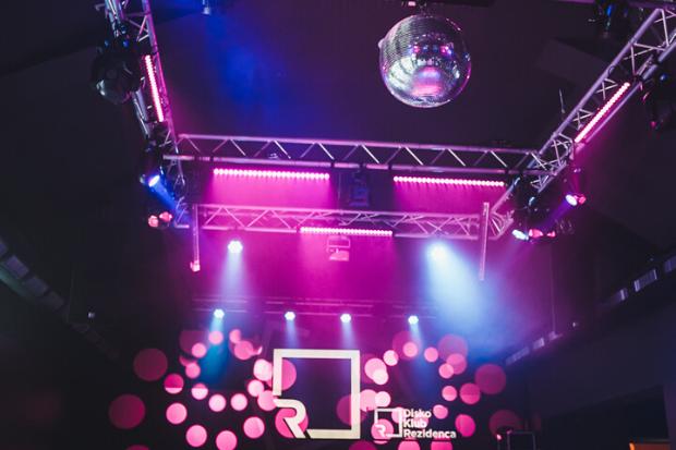 Noche dinámica: Ejemplos de instalación con productos de Cameo Light en Rezidenca Club