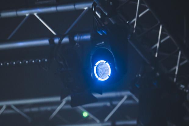 Robotizados en suspensión: Ejemplos de instalación con productos de Cameo Light en Rezidenca Club -truss